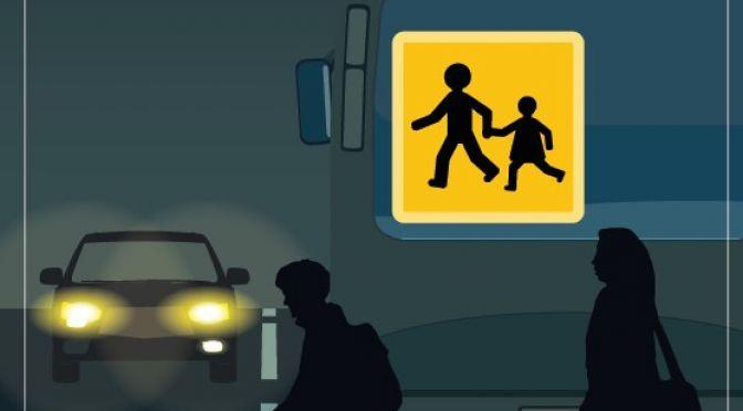 Dans le noir derrière le car, il est vite trop tard !